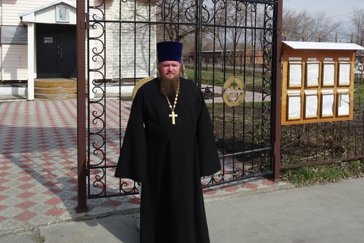 Протоиерей Андрей Вирясов на фоне храма святого Великомученика Пантелеймона